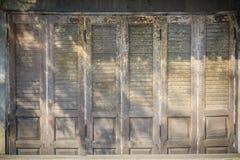 Stary antyczny drewniany huśtawkowego drzwi tło Rocznik stary drewniany Zdjęcia Stock