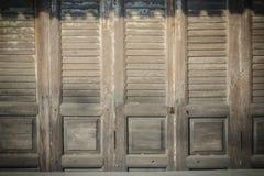 Stary antyczny drewniany huśtawkowego drzwi tło Rocznik stary drewniany Obraz Stock