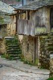 Stary antyka dom z drewnianymi balkonowymi i kamiennymi schodkami Zdjęcia Stock