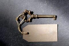 Stary antyka klucz i etykietka z kopii przestrzenią dla twój teksta odpoczywamy na łupkowym tle fotografia royalty free