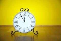 Stary antykwarski ścienny zegar odizolowywający Obraz Royalty Free