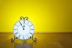 Stary antykwarski ścienny zegar odizolowywający Fotografia Stock