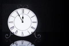 Stary antykwarski ścienny zegar odizolowywający Zdjęcia Royalty Free
