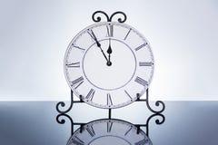 Stary antykwarski ścienny zegar odizolowywający Obrazy Royalty Free