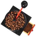 Stary antykwarski drewniany czarny i czerwony kawowy ostrzarz, kawowe fasole Fotografia Royalty Free