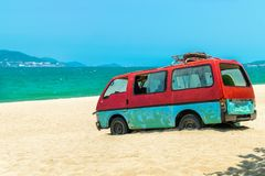 Stary autobus w piasku plaża z błękitnym dennym tłem zdjęcie stock