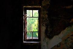Stary awaryjny okno z banyan tokuje w ciemnym pokoju zdjęcia stock