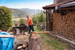 Stary ax na beli i łupce Cioska Ciie w drewno po Siekać łupkę Fotografia Royalty Free