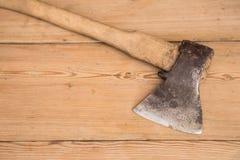 Stary ax z drewnianą rękojeścią wtykał w drewnianej beli Pojęcie dla woodworking lub wylesienia Selekcyjna ostrość fotografia stock