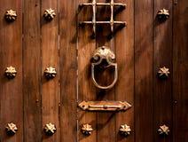 Stary będący ubranym Drewniany drzwiowych rękojeści metal, Retro stylowa sztuka Zdjęcie Royalty Free