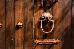 Stary będący ubranym Drewniany drzwiowych rękojeści metal, Retro stylowa sztuka Obraz Stock