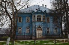 Stary błękitny drewniany dom Rosja, Mur Obrazy Royalty Free