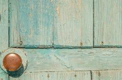 Stary błękitny drewniany drzwi z mosiężną rękojeścią Round Obrazy Royalty Free