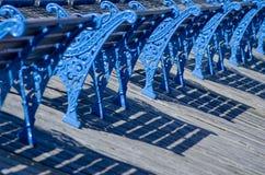 Stary, błękitny, metal ławki z piękny ornamentacyjnym, Walia, Llandudno, UK Obraz Stock