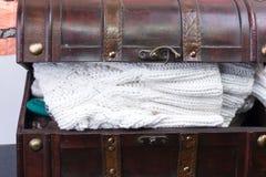 Stary bagażnik z trykotowe odzieżowe rzeczy Obrazy Stock