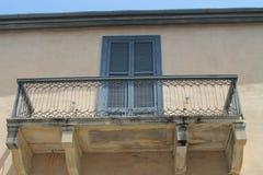 Stary balkon z metal kratownicą obrazy stock