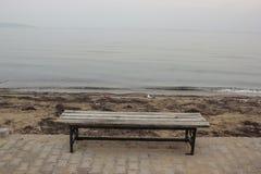 Stary bank zostaje along plaża Zdjęcia Royalty Free