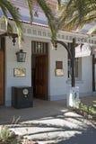 Stary banka budynek z bezpiecznym obsiadaniem na chodniczku Obrazy Royalty Free