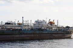 Stary barka statek zakotwicza przy zaniechaną stocznią w schronieniu, Obrazy Royalty Free