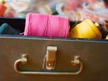 Stary barwiący zwitki kłamstwo w pudełku Stos zwitki z barwionymi niciami guzików nożyce brezentowi bieliźniani pomiarowi ustawia zdjęcie royalty free