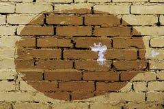 Stary barwiony tło nierówny okrąg na ścianie z cegieł fotografia stock