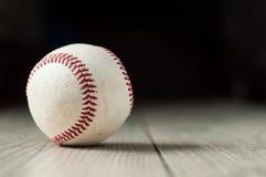 Stary baseball na drewnianym tle i zbliżeniu wysoce Obrazy Stock