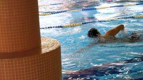 stary basen popływać trening pływania Dysponowany młody męski pływaczki szkolenie w basenie Młody człowiek pływa frontowego kraul fotografia stock