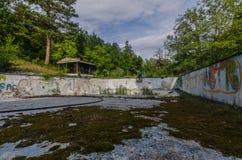 stary basen w lesie zdjęcia stock