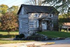 Stary beli kabiny dom na krawędzi rzeki blisko parka w kraju fotografia stock