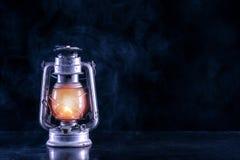 Stary benzynowy lampion na czerń stole i scenerii mgłowej i dymnej zmroku i nocy zdjęcia stock