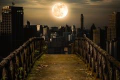 Stary betonu most przez drapacze chmur z super księżyc backgr Zdjęcia Royalty Free