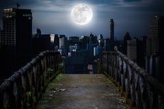 Stary betonu most przez drapacze chmur z super księżyc backgr Obraz Stock