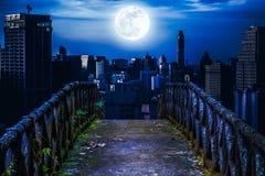 Stary betonu most przez drapacze chmur z super księżyc backgr Zdjęcia Stock