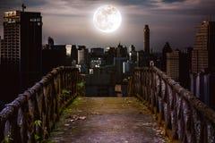 Stary betonu most przez drapacze chmur z super księżyc backgr Zdjęcie Stock