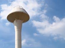 Stary białego metalu wieża ciśnień przeciw chmury i niebieskiego nieba tłu obraz royalty free