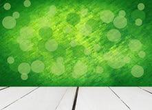 Stary biały drewniany z abstrakt zieleni tłem Zdjęcia Royalty Free