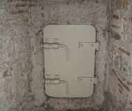 Stary biały masywny metalu drzwi z silnymi kędziorkami Fotografia Stock
