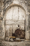 Stary biały szalunku drzwi w scuffed ścianie Obrazy Stock