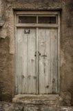 Stary biały szalunku drzwi w scuffed ścianie Zdjęcie Stock