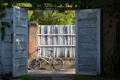 Stary biały bicykl w wsi na tle ogrodzenie Zdjęcie Stock