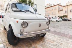 Stary biały Fiat 500 L miasto samochód Obraz Stock