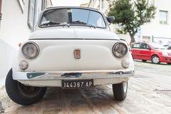 Stary biały Fiat 500 L miasto samochód na ulicie Fotografia Royalty Free