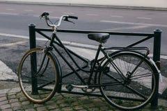Stary bicykl na ulicie bordowie Obrazy Royalty Free
