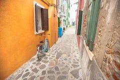 Stary bicykl parkował długo zewnętrznie ścianę w Burano wyspie, Venic Obrazy Royalty Free
