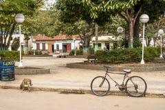 Stary bicykl parkujący na ulicie zdjęcia stock