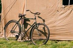 Stary bicykl Parkujący Obok Wielkiego Radzieckiego Militarnego Brezentowego Khakiego namiotu Obraz Royalty Free
