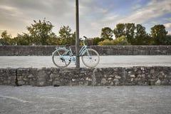 Stary bicykl parkujący w ulicie Obrazy Stock