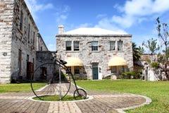 Stary bicykl przed ceglanym domem Zdjęcia Stock