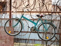 Stary bicykl wiesza na ogrodzeniu wieśniak jata zdjęcie stock