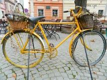 Stary bicykl Wyposażający z koszem w Sighisoara cytadeli centrali s Fotografia Royalty Free